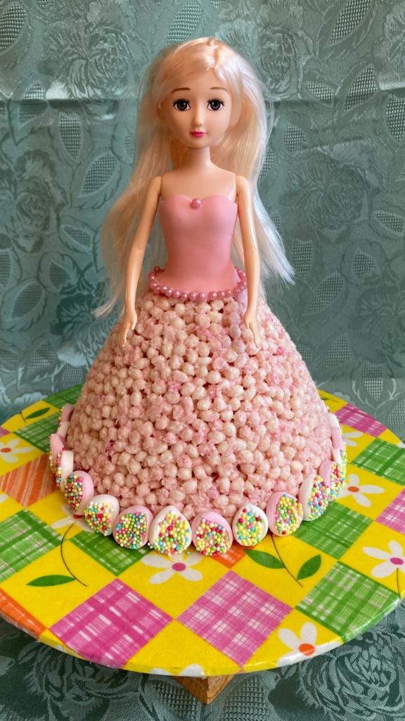 The gluten free kids cake before cutting
